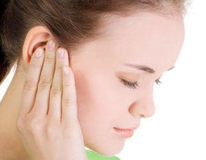 При грибковой инфекции в ушах человек испытывает дискомфорт