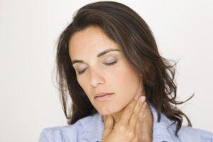 Ощущения наличия инородного предмета в горле являются признаком развития патологии