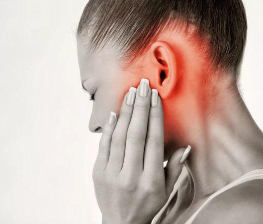Одним из симптомов гнойного отита может быть очень сильная боль в ухе
