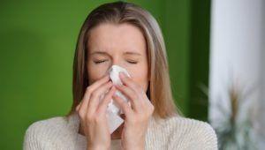Хронический насморк может вызвать горечь в горле