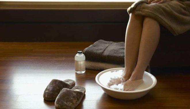 При простуде рекомендуется парить ноги