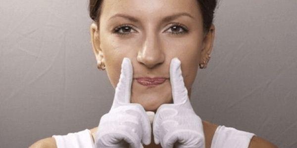 Как уменьшить носогубные складки. Массаж от носогубных складок: виды, правила и техника проведения процедуры. Носогубные складки: как убрать в домашних условиях