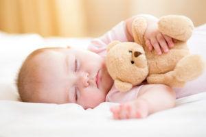 Закапывать нос ребенку во время сна категорически запрещено