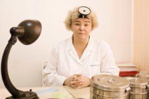 При подозрении на воспаление уха нужно обратиться к врач оториноларингологу