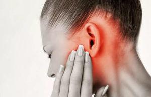 Если при глотании появляется звук сопровождающий болью в ухе, то визит к врачу лучше не откладывать