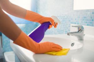 Для профилактики фарингита стоит часто проводить влажную уборку в доме