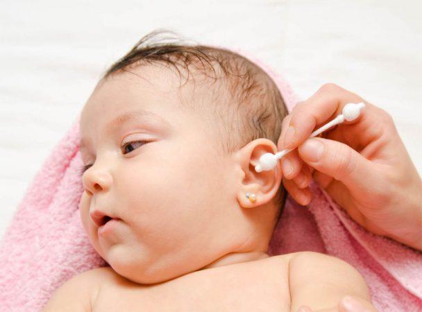 Протирание уха снаружи