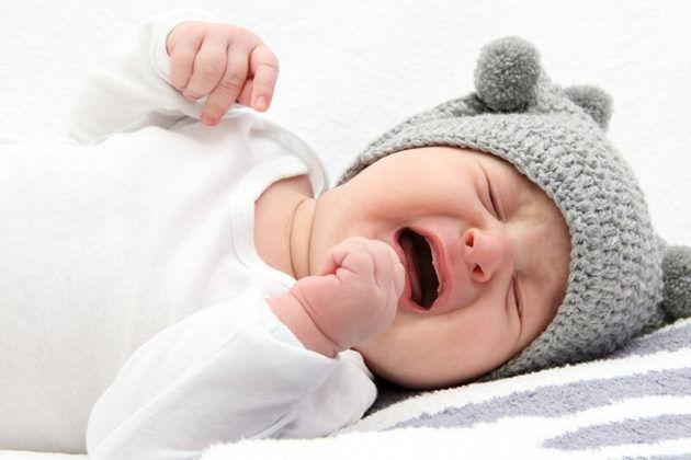 У новорожденных проявляется ринория во время плача