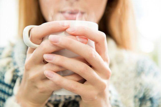 Причиной красного горла может стать употребление горячих напитков