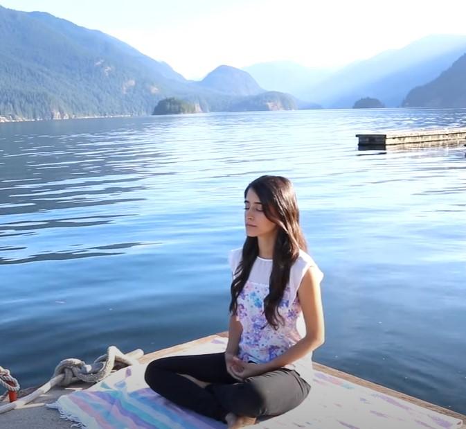 Причины тревоги можно облегчить с помощью медитации