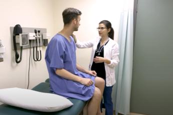 врач обсуждает анальные бородавки